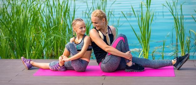 Mãe e filha fazendo ginástica