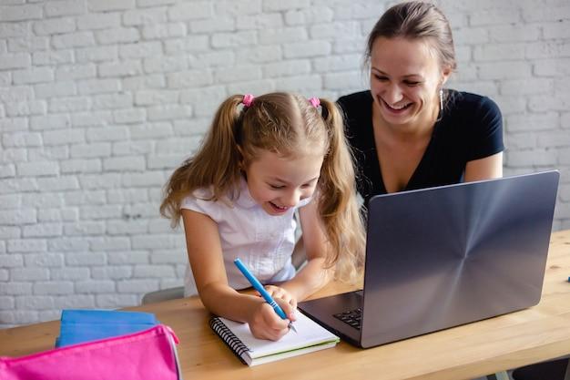 Mãe e filha fazendo lição de casa da escola