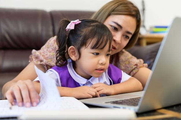 Mãe e filha fazendo lição de casa
