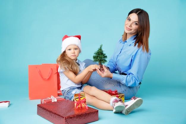 Mãe e filha felizes com presentes