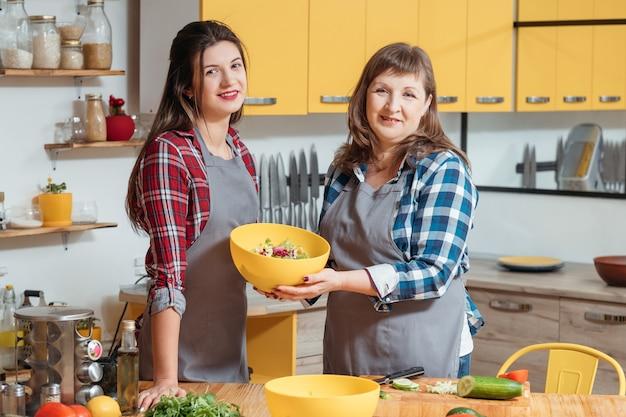 Mãe e filha felizes na cozinha