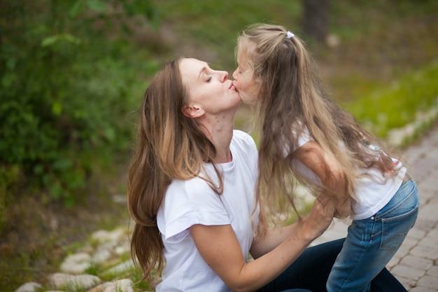 Mãe e filha felizes se divertindo na natureza