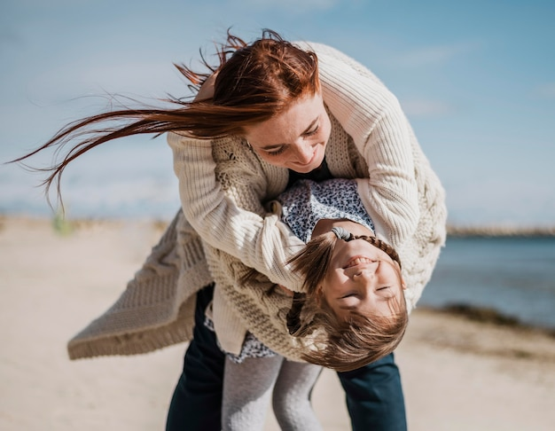 Mãe e filha felizes se divertindo