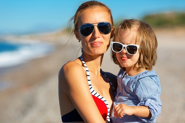 Mãe e filha felizes