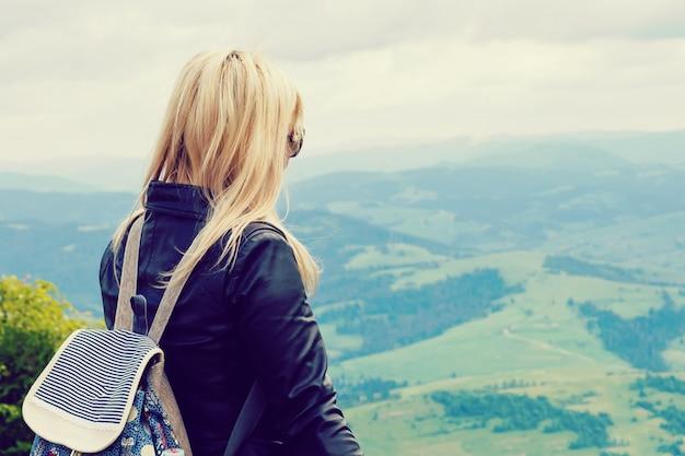 Mãe e filha ficar em uma montanha e olhar para longe