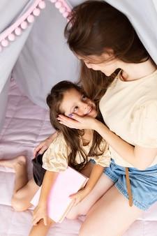 Mãe e filha fofas olhando uma para a outra