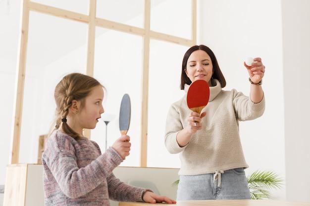 Mãe e filha jogando pingue-pongue
