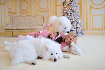 Mãe, e, filha, jogo, com, samoiedo, cachorros, antes de, um, árvore natal