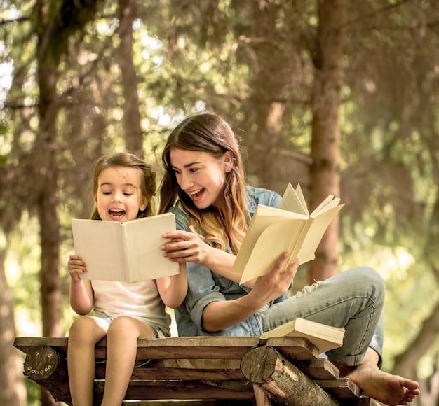 Mãe e filha lêem livros