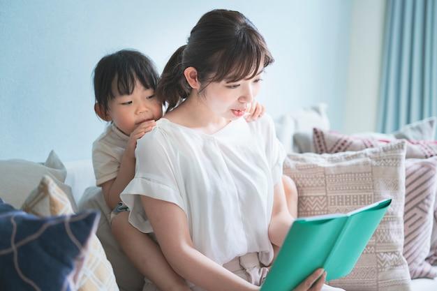Mãe e filha lendo um livro de imagens