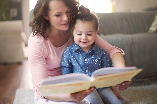 Mãe e filha lendo um livro