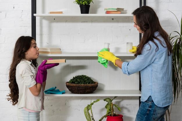 Mãe e filha limpando juntos