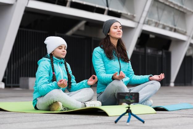 Mãe e filha meditando
