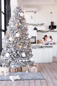 Mãe e filha na cozinha em casa no ano novo