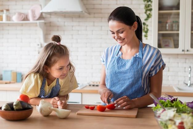 Mãe e filha na cozinha junto