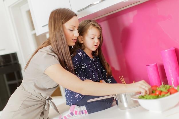 Mãe e filha na cozinha