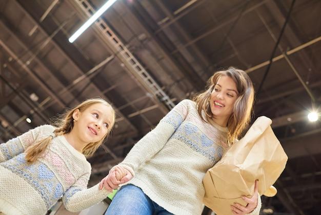 Mãe e filha na mercearia