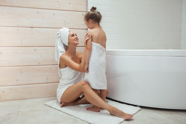 Mãe e filha no banheiro.