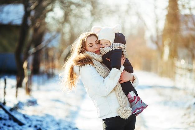 Mãe e filha no campo nevado