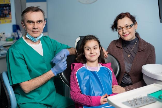 Mãe e filha no consultório dentista