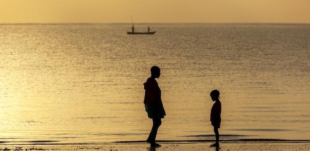 Mãe e filha no oceano em 8 de janeiro de 2013 mombasa, quênia