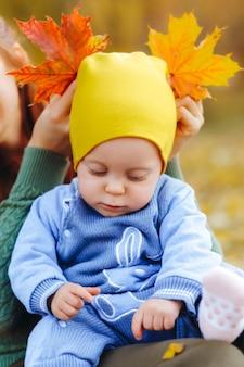 Mãe e filha no parque de outono