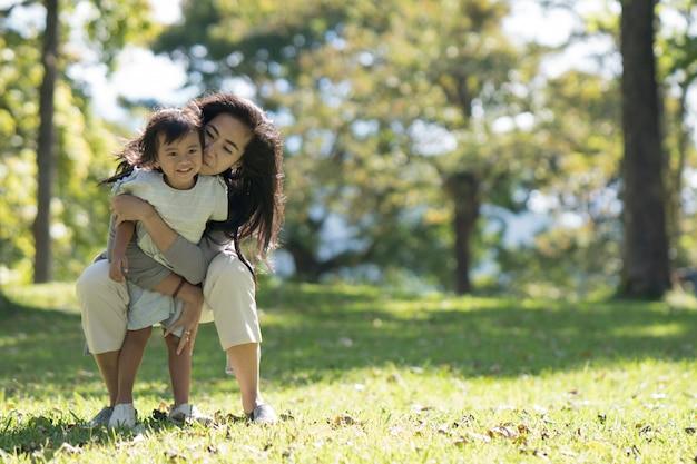 Mãe e filha no parque desfrutar