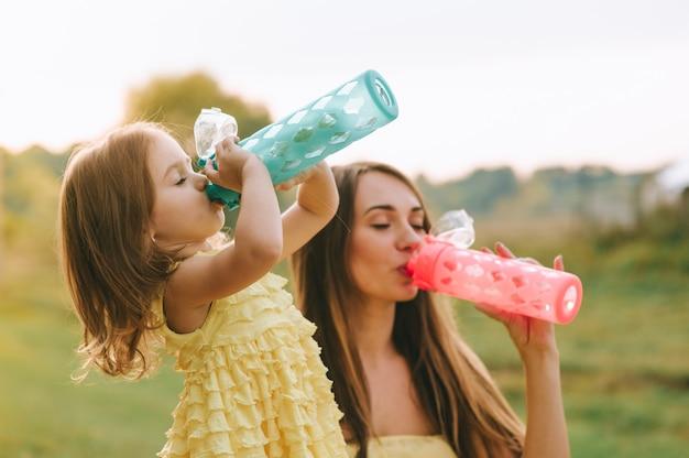 Mãe e filha no piquenique