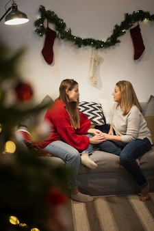 Mãe e filha no sofá