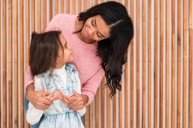Mãe e filha olhando um ao outro