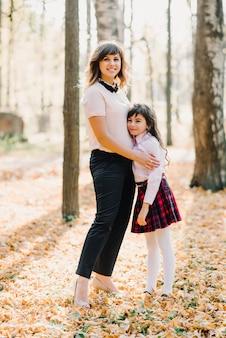 Mãe e filha outono no parque