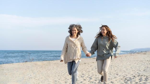 Mãe e filha passando um tempo juntas na praia