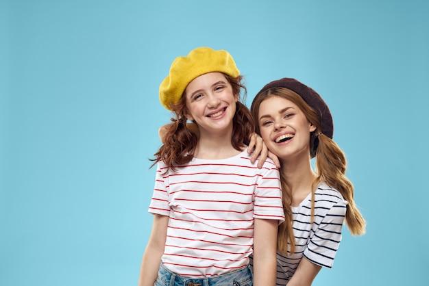 Mãe e filha posando se divertem e sorriem, família feliz, duas irmãs, a imagem da frança e paris, boinas na cabeça
