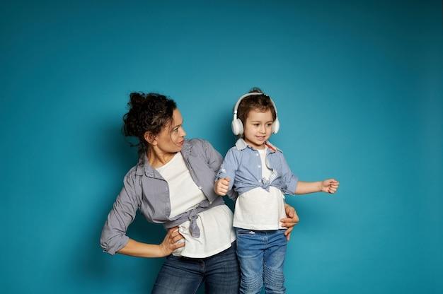 Mãe e filha posando sobre azul