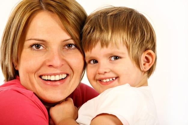 Mãe e filha posando