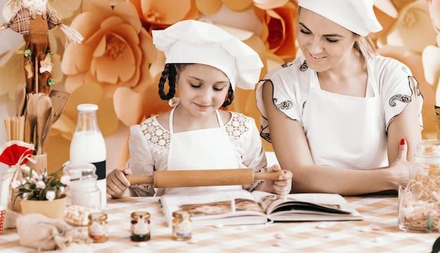Mãe e filha preparando o jantar na cozinha
