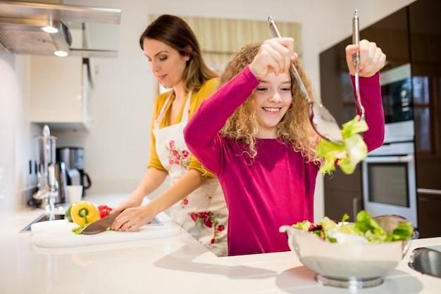 Mãe e filha que trabalha na cozinha
