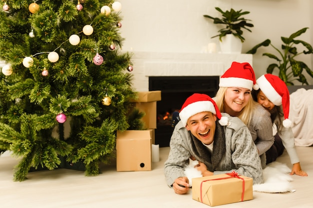 Mãe e filha são felizes juntos no natal. natal, natal, inverno, conceito de felicidade - mãe e filha. família no natal. a espera do natal. interior do feriado