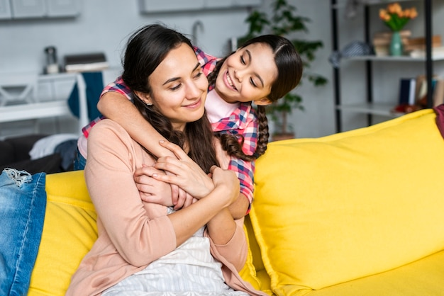 Mãe e filha se abraçando