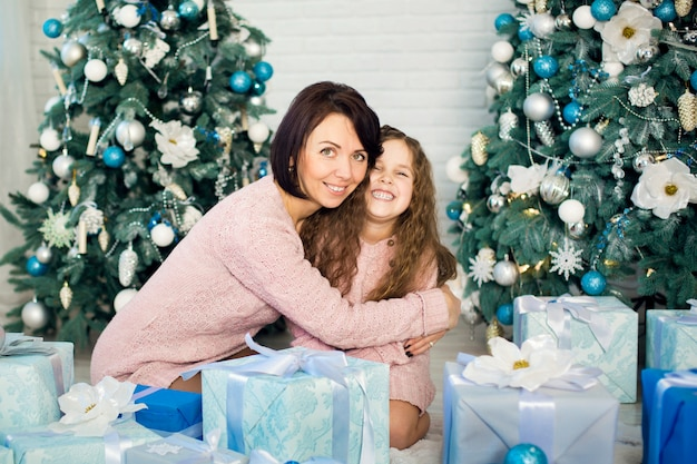 Mãe e filha se dão presentes de natal.