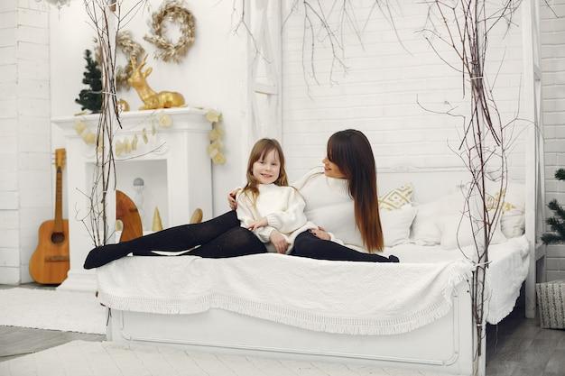 Mãe e filha se divertem em casa