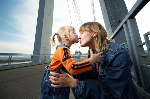 Mãe e filha se divertem na cidade