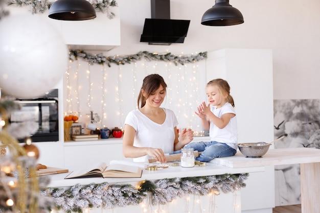 Mãe e filha se divertem na cozinha no dia de natal