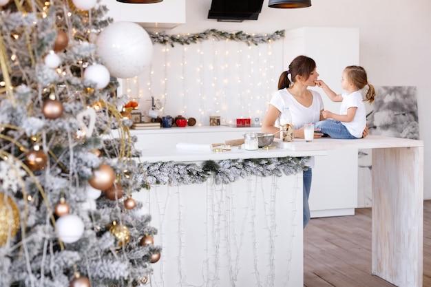 Mãe e filha se divertem na cozinha no natal