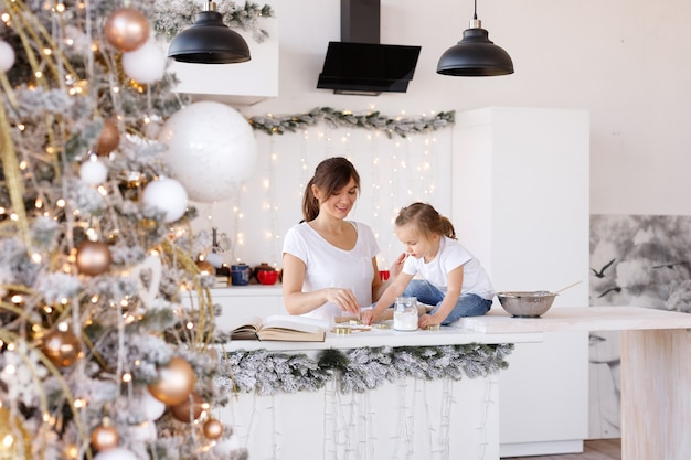 Mãe e filha se divertem na cozinha