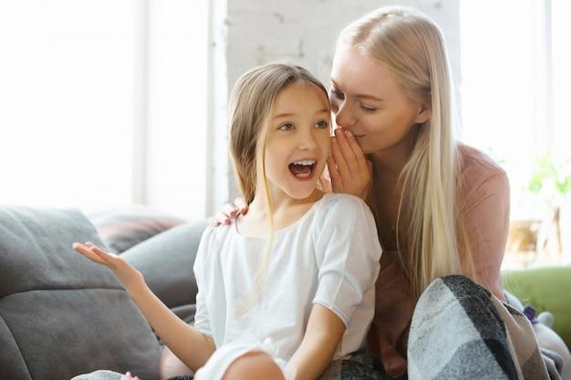 Mãe e filha se divertindo dia juntos em casa