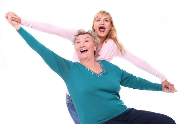 Mãe e filha se divertindo em branco