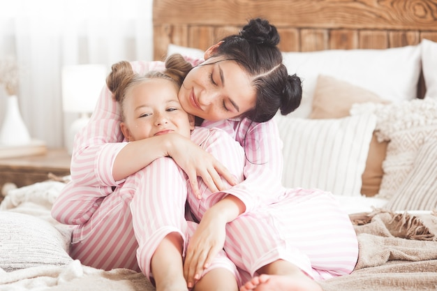 Mãe e filha se divertindo em casa. meninas dentro de casa.