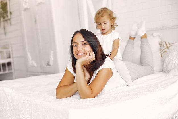 Mãe e filha se divertindo em casa