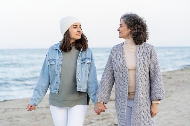 Mãe e filha se divertindo muito na praia